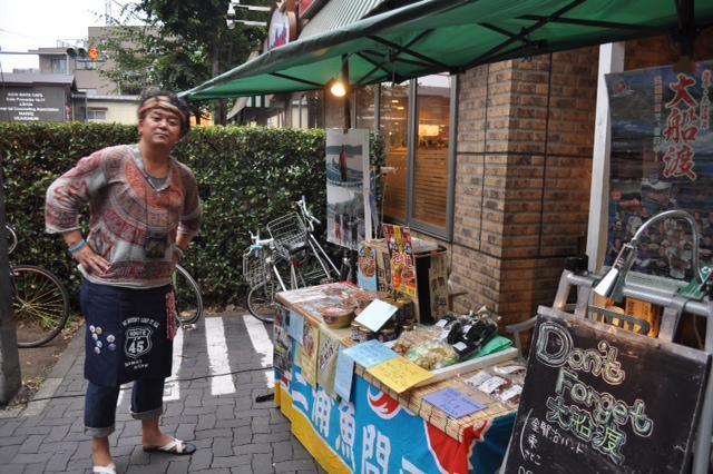 http://www.kickbackcafe.jp/support2/report/%E5%A4%A7%E8%88%B9%E6%B8%A1%E7%89%A9%E8%B2%A9.JPG